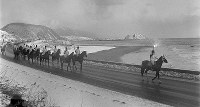 聖火リレー北海道東コース。サラブレッドのふるさと、日高地方。騎馬隊が聖火を運ぶ=北海道様似町で1972年1月26日撮影