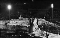 開会式を明日にひかえた真駒内スピードスケート競技場。会場の横には「さっぽろ雪まつり」の高さ25メートルの雪像「ガリバーようこそ札幌へ」が=札幌市の真駒内スピードスケート競技場で1972年2月2日撮影
