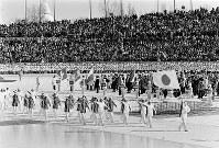 開会式。日本選手団の入場行進に一段と大きな歓声と拍手が=札幌市の真駒内スピードスケート競技場で1972年2月3日撮影