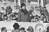 開会式。開会を宣言される昭和天皇=札幌市の真駒内スピードスケート競技場で1972年2月3日撮影
