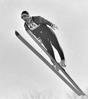 70メートル級ジャンプ。金メダルを獲得した笠谷幸生選手のジャンプ=札幌市の宮の森ジャンプ競技場で1972年2月6日撮影