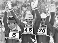 70メートル級ジャンプ。観客の祝福に応える(左から)2位の金野昭次選手、優勝の笠谷幸生選手、3位の青地清二選手=札幌市の宮の森ジャンプ競技場で1972年2月6日撮影