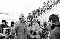 90メートル級ジャンプ。競技を終え大倉山ジャンプ競技場を去る笠谷幸生選手。サインを求める子どもらに応える=札幌市で1972年2月11日撮影