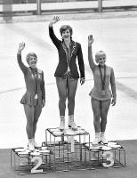 フィギュアスケート女子シングル表彰式。観客の祝福に応える(左から)銀メダルのカレン・マグヌセン(カナダ)、金メダルのベアトリクス・シューバ(オーストリア)、銅メダルのジャネット・リン(米)の3選手=札幌市の真駒内屋内スケート競技場で1972年2月7日撮影