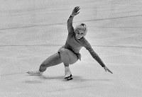 フィギュアスケート女子シングル。フリーの演技中にしりもちをついたジャネット・リン選手(米)。フリーでは高得点だったが規定の得点が伸びず銅メダルとなった=札幌市の真駒内屋内スケート競技場で1972年2月7日撮影