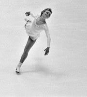 閉会式の前に行われたエキシビジョンで滑るジャネット・リン選手(米)。競技では氷上で尻もちをつきながらも銅メダルを獲得。「札幌の恋人」「銀盤の妖精」と呼ばれ人気者に=札幌市真駒内屋内スケート競技場で1972年2月13日撮影