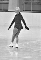 フィギュアスケート女子シングル。規定の練習をするジャネット・リン選手(米)=札幌市の美香保屋内スケート競技場で1972年1月27日撮影