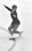 フィギュアスケート女子シングル。金メダルを獲得したベアトリクス・シューバ選手(オーストリア)のフリーの演技=札幌市の真駒内屋内スケート競技場で1972年2月7日撮影