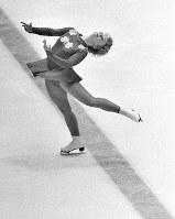 フィギュアスケート女子シングル。銀メダルを獲得したカレン・マグヌセン選手(カナダ)のフリーの演技=札幌市の真駒内屋内スケート競技場で1972年2月7日撮影