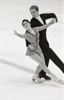 フィギュアスケートペア。金メダルを獲得したイリーナ・ロドニナ&アレクセイ・ウラノフ選手(ソ連)のフリーの演技=札幌市の真駒内屋内スケート競技場で1972年2月8日撮影