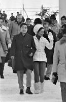 リュージュ観戦で手稲山を訪問された皇太子ご夫妻(平成の天皇、皇后両陛下)=札幌市の手稲山リュージュ競技場で1972年2月10日撮影