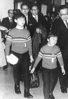札幌五輪見学のため、千歳空港に到着され、ターミナルを出られる浩宮さまと礼宮さま=北海道千歳市の千歳空港で1972年2月10日撮影