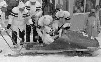 2人乗りボブスレーに乗り笑顔の浩宮さま(平成の皇太子さま)=札幌市の手稲山ボブスレー競技場で1972年2月11日撮影