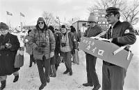 開会式会場の真駒内スピードスケート競技場の入り口付近では入場する観客に向け、カイロを売る人も=札幌市の真駒内スピードスケート競技場で1972年2月3日撮影