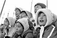 スピードスケート男子500メートルを観戦、声援を送る子供たち=札幌市の真駒内スピードスケート競技場で1972年2月5日撮影