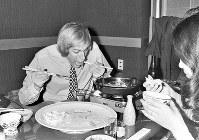 スピードスケート男子3冠のアルト・シェンク選手(オランダ)。全競技を終えた夜、日本の友達とすき焼きに舌鼓。両手に箸を持ち、食欲は旺盛=札幌市内で1972年2月7日