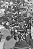 スピードスケート男子10000メートル。競技を取材するカメラと望遠レンズの列=札幌市の真駒内スピードスケート競技場で1972年2月7日、加藤敬撮影