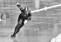 スピードスケート女子500メートル。金メダルを獲得したアン・ヘニング選手(米)の滑り=札幌市の真駒内スピードスケート競技場で1972年2月10日、加藤敬撮影