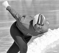 スピードスケート女子3000メートル。金メダルを獲得したスチーン・カイザー選手(オランダ)の滑り=札幌市の真駒内スピードスケート競技場で1972年2月12日、加藤敬撮影