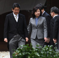 Internal Affairs and Communications Minister Seiko Noda (right) is pictured with Prime Minister Shinzo Abe at Ise Shrine in Ise, Mie Prefecture, on Jan. 4, 2018. (Mainichi)