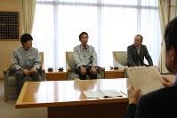 岡村市長(手前)に結果を報告する(右から)古田部長、井幡監督、山口主将=大府市役所で