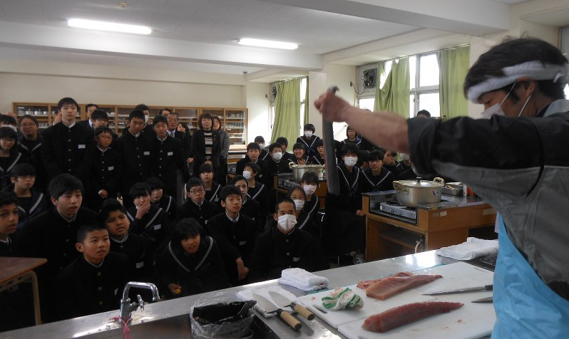 給食:初の地元産 玄界灘のブリ、福岡市立30中学校で 小呂島漁師、東 ...
