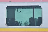 積雪で駅間に停車したJR信越線の車両で運転の再開を待つ乗客=新潟県三条市で2018年1月12日午前9時14分、西本勝撮影