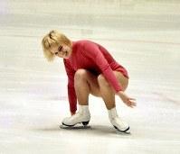 フィギュアスケート女子シングルで銅メダルのジャネット・リン選手(米)。得意のフリーで尻餅をついても笑顔を絶やさず人気者に=真駒内屋内スケート競技場で1972年2月7日、大須賀興屹撮影