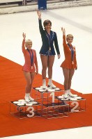 フィギュア女子シングルの表彰式で観客の声援に応える(左から)銅メダルのジャネット・リン(米)、金メダルのベアトリクス・シューバ(オーストリア)、銀メダルのカレン・マグヌセン(カナダ)の各選手=真駒内屋内スケート競技場で1972年2月7日、中村太郎撮影