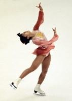 フィギュアスケート女子シングル。山下一美選手のフリーの演技。世界の強豪を相手に10位と健闘した=真駒内屋内スケート競技場で1972年2月7日、中村太郎撮影