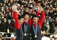 70メートル級ジャンプで、笠谷幸生(中央)が優勝。金野昭次(左)が2位、青地清二が3位となり、日本がメダルを独占。表彰台で歓声に応える3選手=北海道札幌市の宮の森シャンツェで1972年2月6日、接待健一撮影