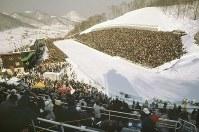 70メートル級ジャンプの応援で、宮の森シャンツェを埋め尽くす3万人の大観衆=1972年2月6日、大須賀興屹撮影