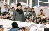 防寒帽にサングラス姿で開会式に出席し、開会を宣言される昭和天皇と香淳皇后=真駒内スピードスケート競技場で1972年2月3日、中村太郎撮影