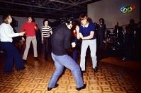 選手村のホールでバンド演奏に合わせゴーゴーダンスを踊る外国人選手たち=真駒内で1972年1月25日、吉川秀子撮影