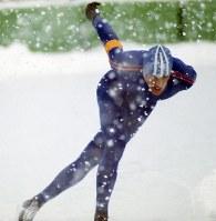 スピードスケート男子5000メートル。金メダルを獲得したアルト・シェンク選手(オランダ)。レースは雪が舞う屋外リンクで行われた=真駒内スピードスケート競技場で1972年2月4日、大須賀興屹撮影
