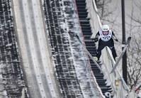 【スキージャンプ女子W杯個人第5戦】3位になった高梨沙羅の2回目の飛躍=札幌市宮の森ジャンプ競技場で2018年1月13日、山崎一輝撮影