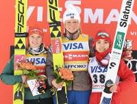 【スキージャンプ女子W杯個人第5戦】3位に入り、表彰式で笑顔を見せる高梨沙羅(右)=札幌市宮の森ジャンプ競技場で2018年1月13日、山崎一輝撮影