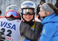 【スキージャンプ女子W杯個人第5戦】優勝してチームメイトと抱き合うマーレン・ルンビ(中央)=札幌市宮の森ジャンプ競技場で2018年1月13日、山崎一輝撮影