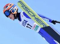 【スキージャンプ女子W杯個人第5戦】伊藤有希の1回目の飛躍=札幌市宮の森ジャンプ競技場で2018年1月13日、宮間俊樹撮影