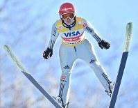 【スキージャンプ女子W杯個人第5戦】1回目の飛躍をする2位のカタリナ・アルトハウス=札幌市宮の森ジャンプ競技場で2018年1月13日、山崎一輝撮影
