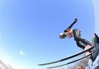 【スキージャンプ女子W杯個人第5戦】優勝したマーレン・ルンビの2回目の飛躍=札幌市宮の森ジャンプ競技場で2018年1月13日、宮間俊樹撮影