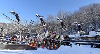 【スキージャンプ女子W杯個人第5戦】3位になった高梨沙羅の1回目の飛躍。5枚の連続写真を合成=札幌市宮の森ジャンプ競技場で2018年1月13日、宮間俊樹撮影