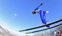 【スキージャンプ女子W杯個人第5戦】4位に終わった伊藤有希の1回目の飛躍=札幌市宮の森ジャンプ競技場で2018年1月13日、宮間俊樹撮影