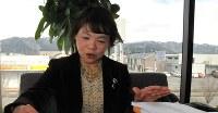福井県で地域の縁結びさんを務める上出嘉代子さんは、登録者の要望が記された資料を基に、男女を引き合わせる(画像の一部を加工しています)