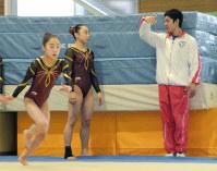 ジュニア選手を指導する白井選手(右)=長岡市民体育館で