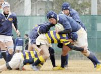 単独チームで出場した天王寺高戦で、攻める北野高ラグビー部の選手たち=大阪市淀川区で2018年1月14日、加古信志撮影