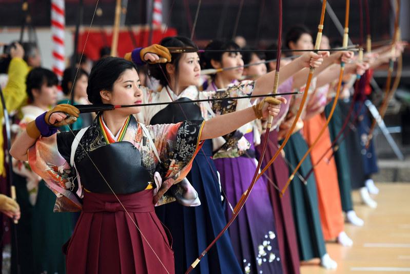 京都・三十三間堂:「通し矢」に新成人ら2000人 - 毎日新聞