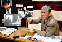 委員会の設立について説明する重松文宏さん(右)。示された写真は、井伏鱒二と重松静馬さんが話す様子が写る=広島県神石高原町小畠で、真下信幸撮影