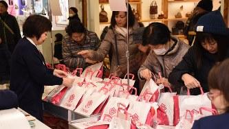 大沼山形本店で福袋に手を伸ばす買い物客たち=2018年1月2日、的野暁撮影