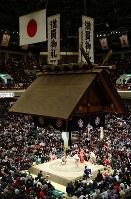 満員御礼の垂れ幕が下がった大相撲初場所初日=東京・両国国技館で14日、小川昌宏撮影